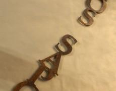Verbundene Cortenstahl-Schrift