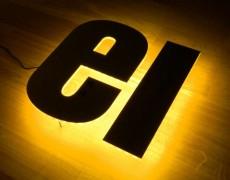 Indirekt beleuchtete Buchstaben